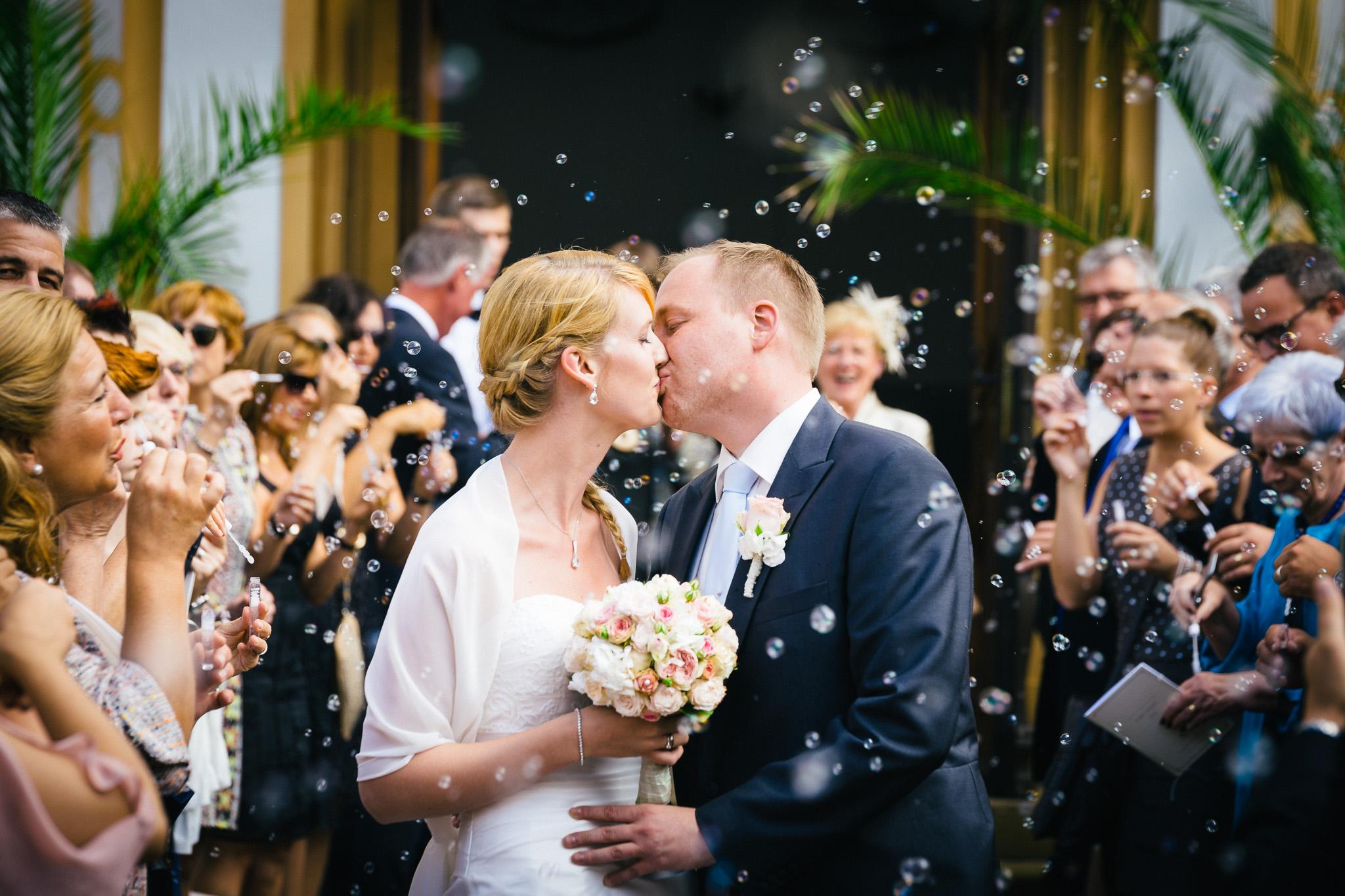 Brautpaar während Empfang mit Seifenblasen nach Kirche in St. Irminen Trier