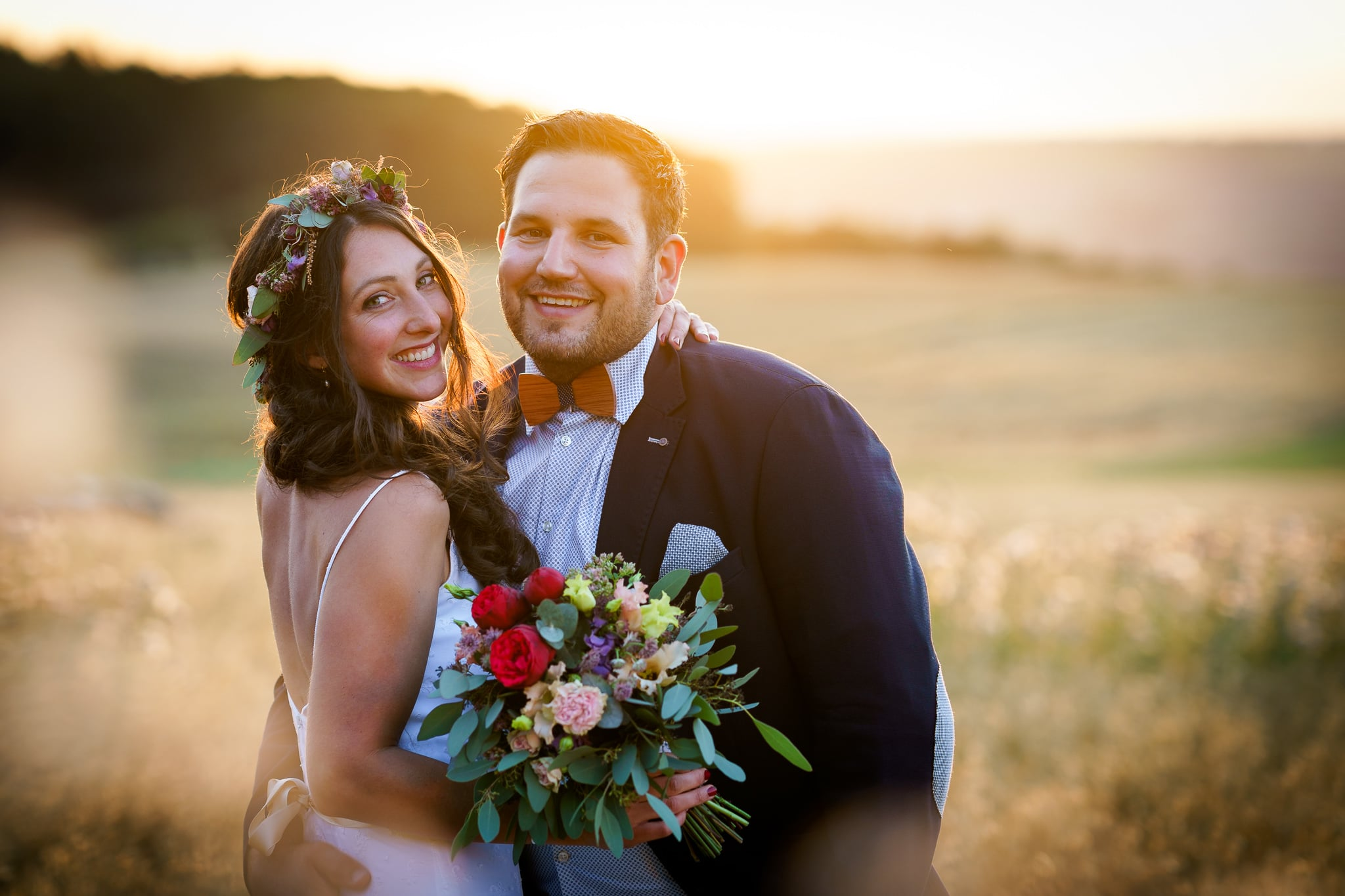 Brautpaar im Kornfeld bei Sonnenuntergang in Osburg Region Trier
