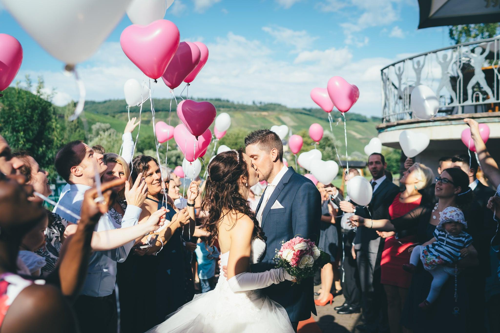 Brautpaar wird mit Luftballons am Weissen Bär in Mühlheim empfangen