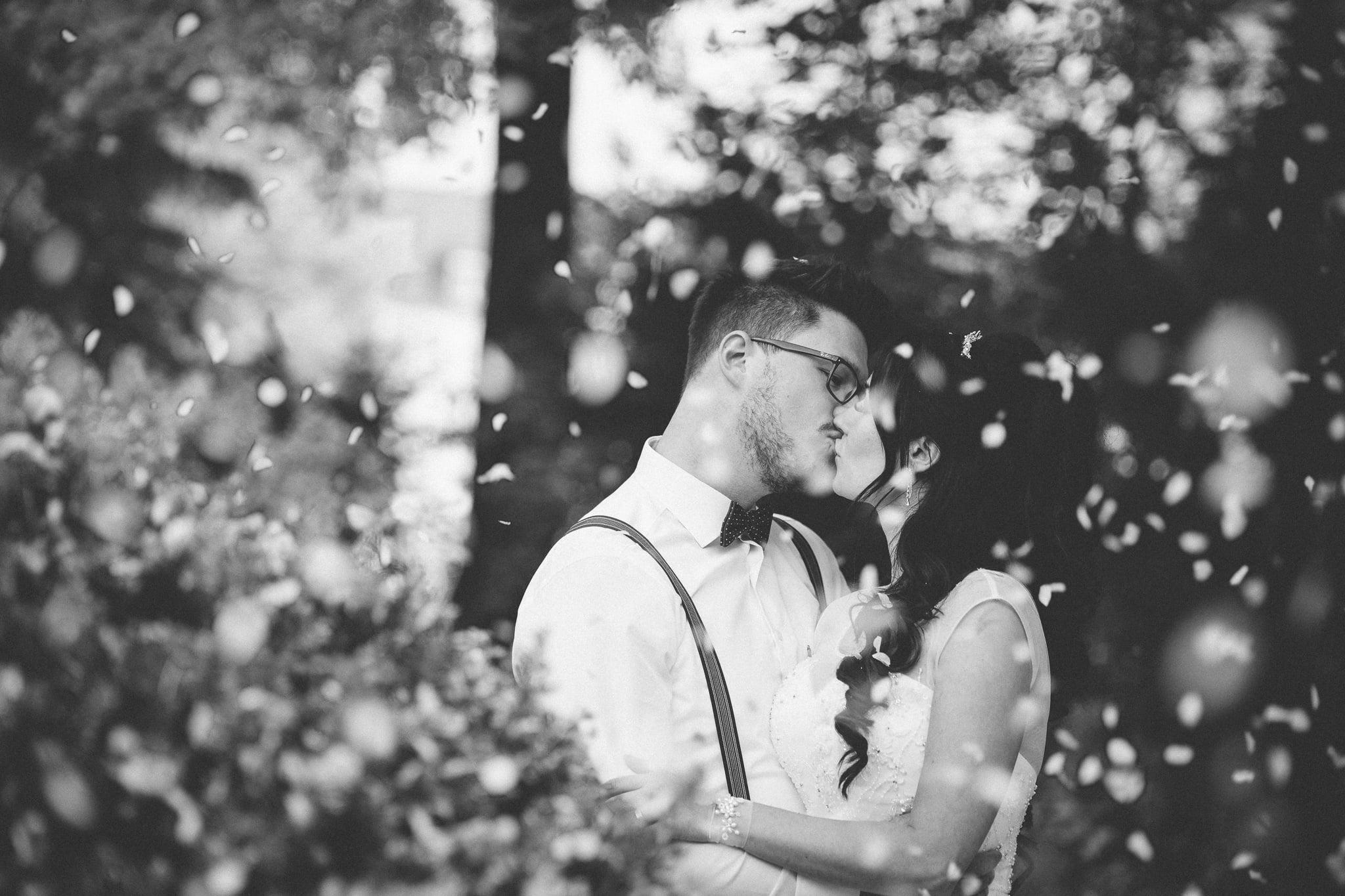 Küssendes Paar in Kirchblüten fotografiert durch Hochzeitsfotograf Trier.