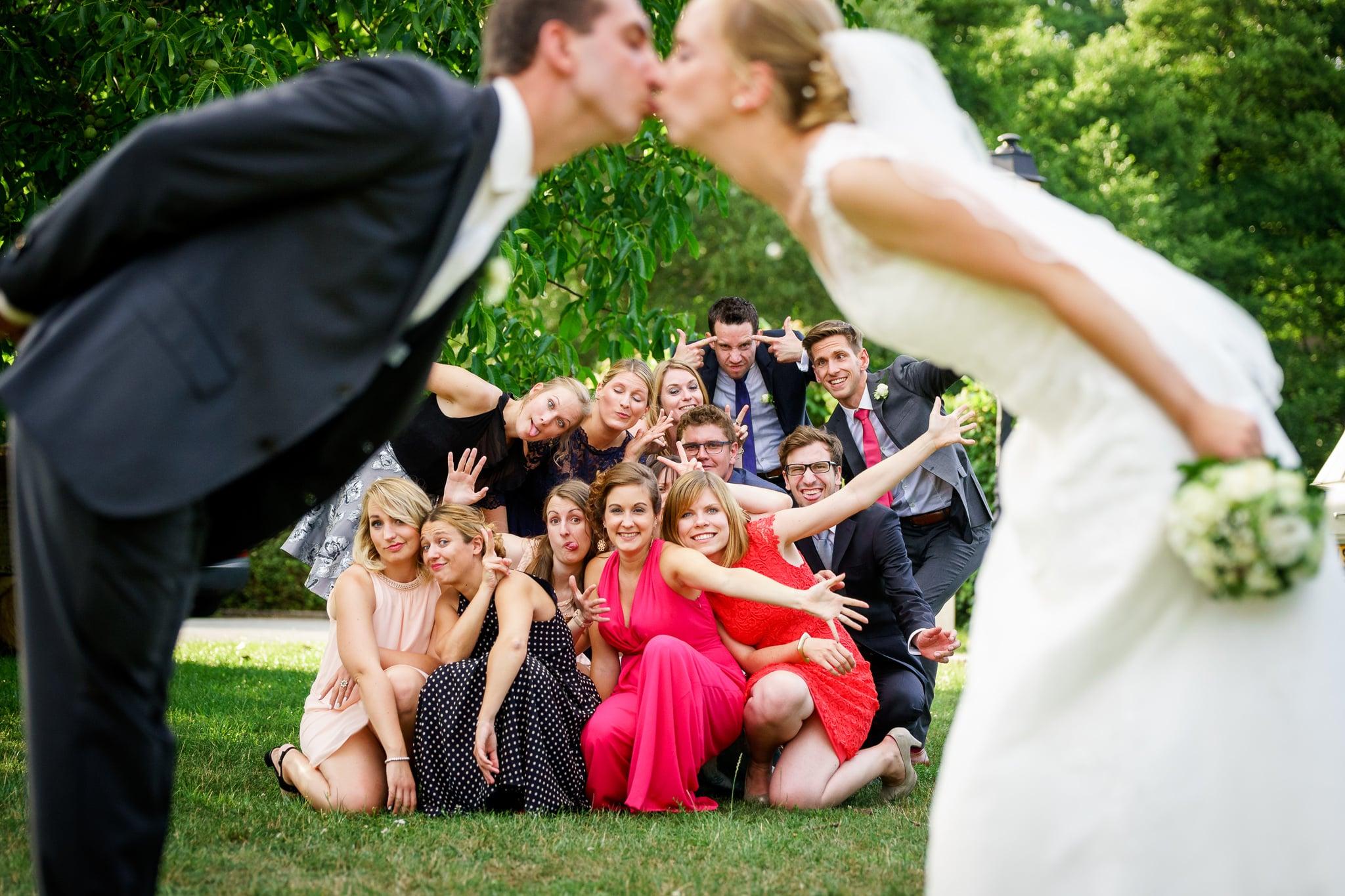 Lustiges Gästefoto während Brautpaar sich küsst in Luxemburg