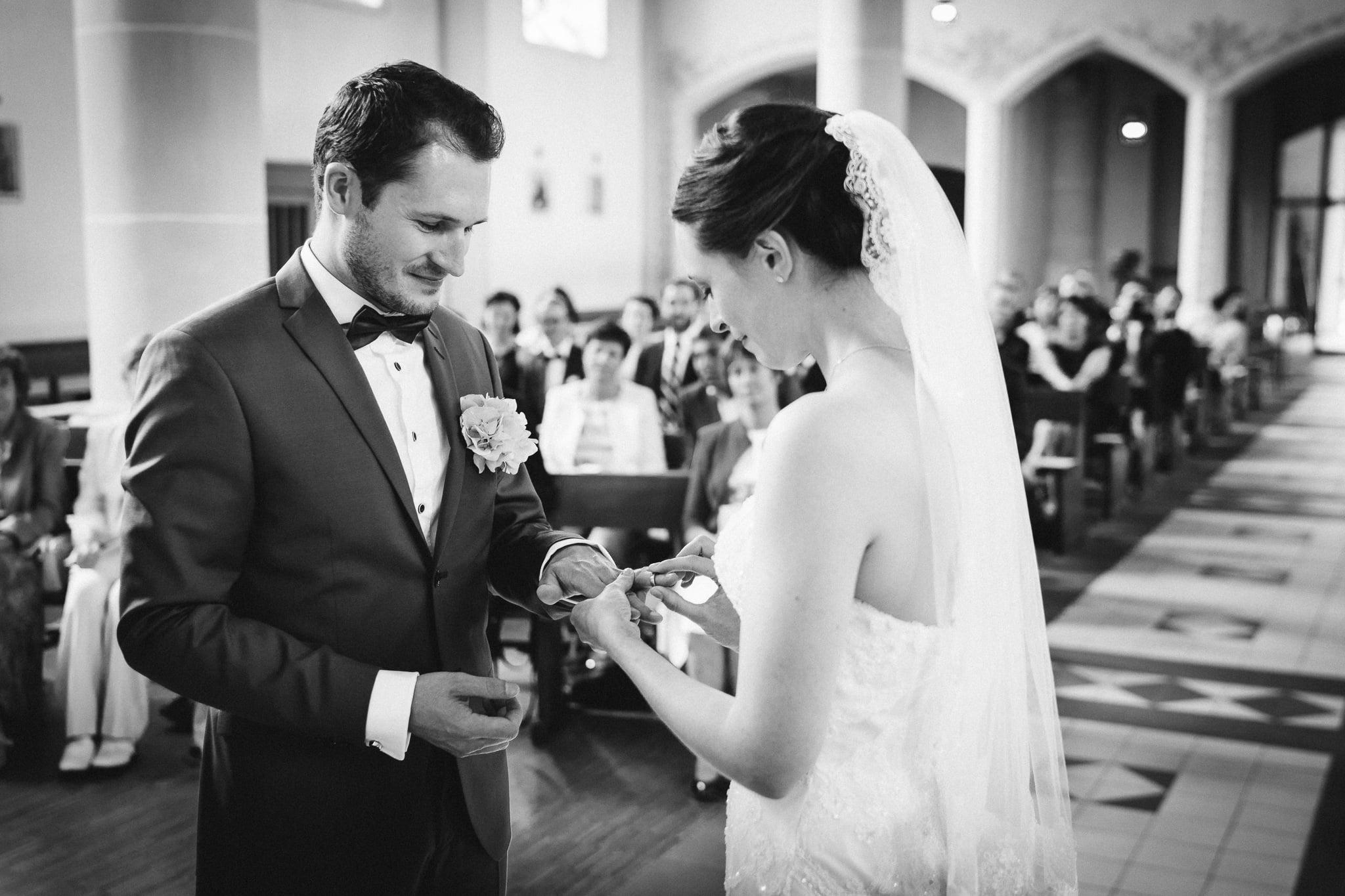 Ringübergabe von Braut an Bräutigam in Kirche in Trier